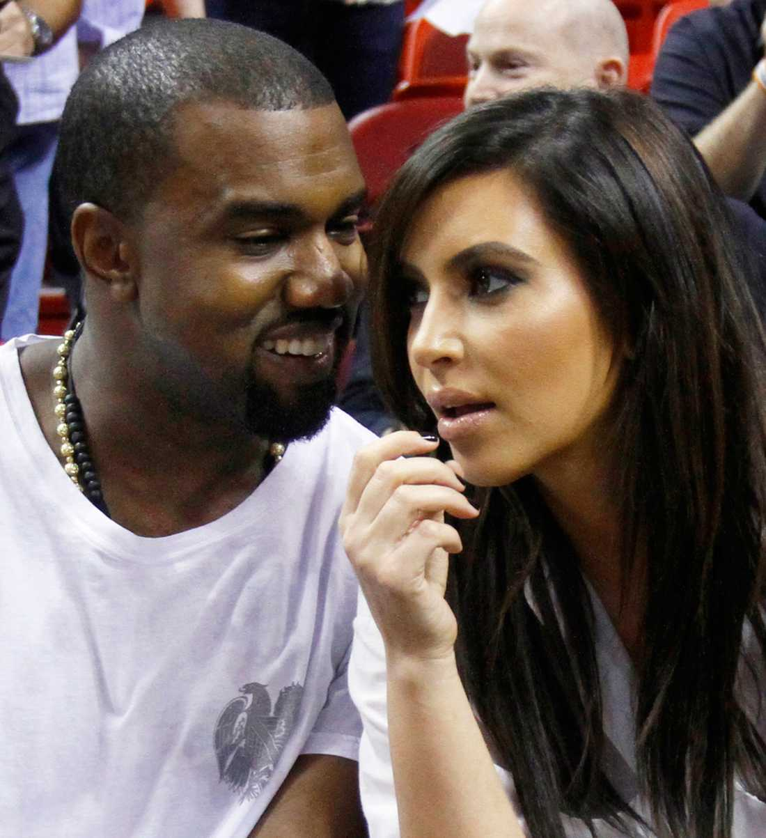 Kanye West och Kim Kardashians superbröllop omgärdas av största hemlighetsmakeri. Nu spolieras en del av detta – inbjudningarna läckte nämligen ut.