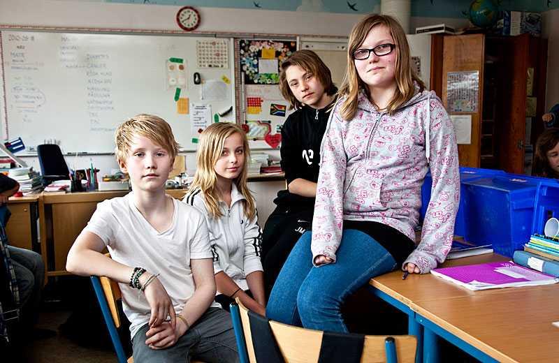 """VILL HA ORDNINGSBETYG ISTÄLLET Olle Wilhelmsson, 12, Elinor Bäckelin, 12, Jesper Marcus, 13, och Lina Hjulström, 12, är alla sjätteklassare och vill inte få betyg redan nu. """"Många håller på med sporter, det kommer att bli stenhårt"""", säger Elinor. """"Det kanske blir för stor press"""", säger Olle. Däremot tycker de allihop att ordningsbetyg behövs."""