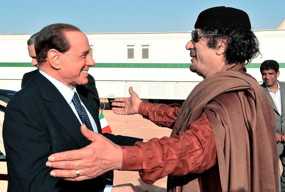 Berlusconi hälsar på i mars 2009. Senare samma år åker Gaddafi till Sardinien.
