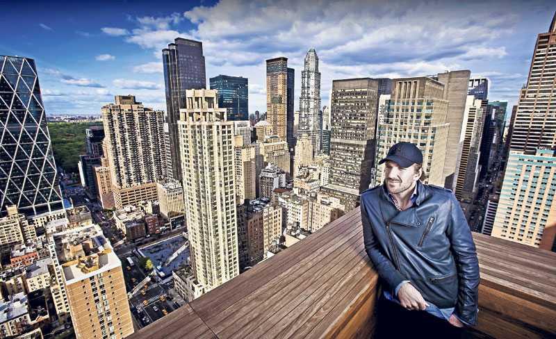 NEW YORKER Henrik bor i New York sedan flera år tillbaka, men det är först nu folk börjar känna igen honom på stan. När han har tid över sitter han gärna på sin takterass och tar det lugnt.
