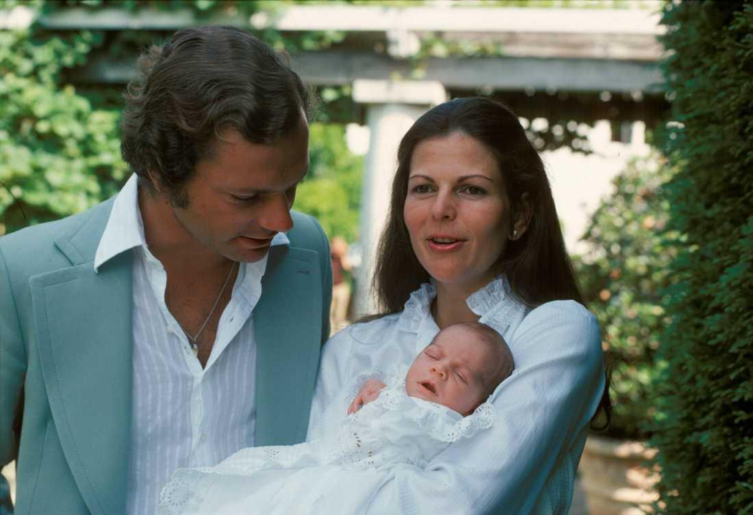 En nyfödd prinsessa visades upp för media på Soliden den första augusti 1977. Kronprinsessan Victoria var då bara 3 veckor gammal.