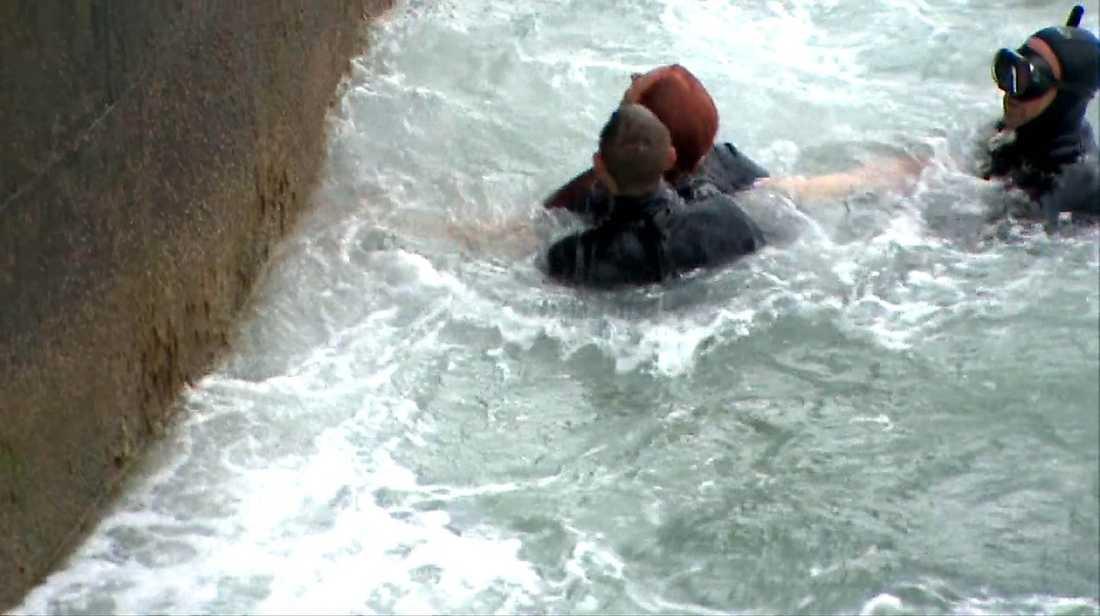 """5. De två dykarna kan föra en omtumlad Linda Pritchard i säkerhet. """"Jag fick dödspanik och hann tänka att jag kunde drunkna"""", säger hon."""