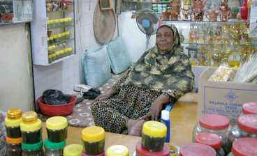 På marknaden i Salalah säljer en kvinna parfymer och rökelser.