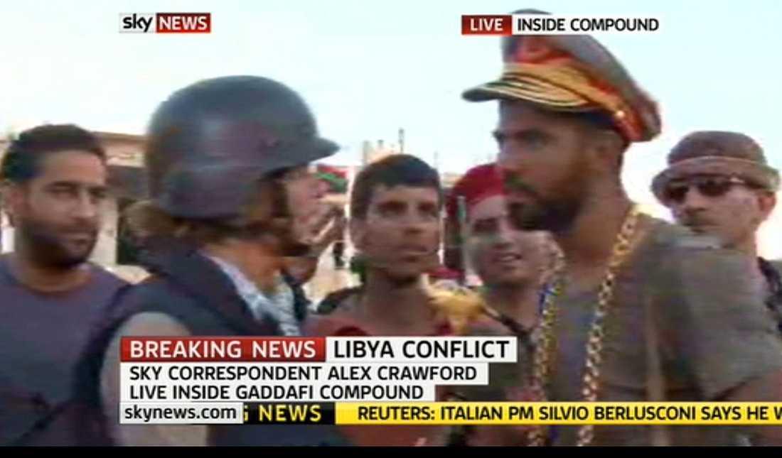 """""""HAR LIDIT SÅ MYCKET"""" I går stals Gaddafis personliga ägodelar när hans hem intogs. """"Jag gick in i Gaddafis sovrum och hittade den. Jag ska ge den till min pappa, för han har lidit mycket under Gaddafi"""", säger soldaten på bilden som har diktatorns guldspira i handen, en guldkejda runt halsen och hans mössa på huvudet."""