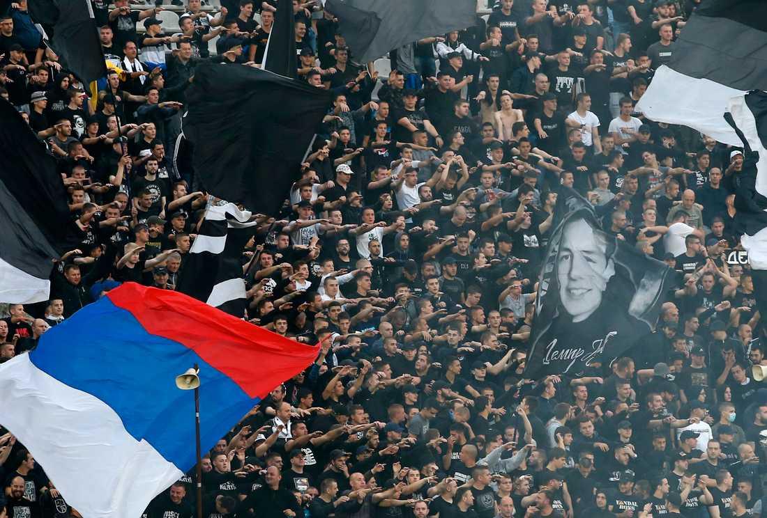 Fullsatt på arenan när publik åter tilläts på serbiska fotbollsmatcher.