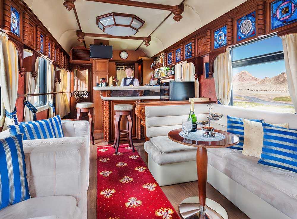 En loungevagn med bar.