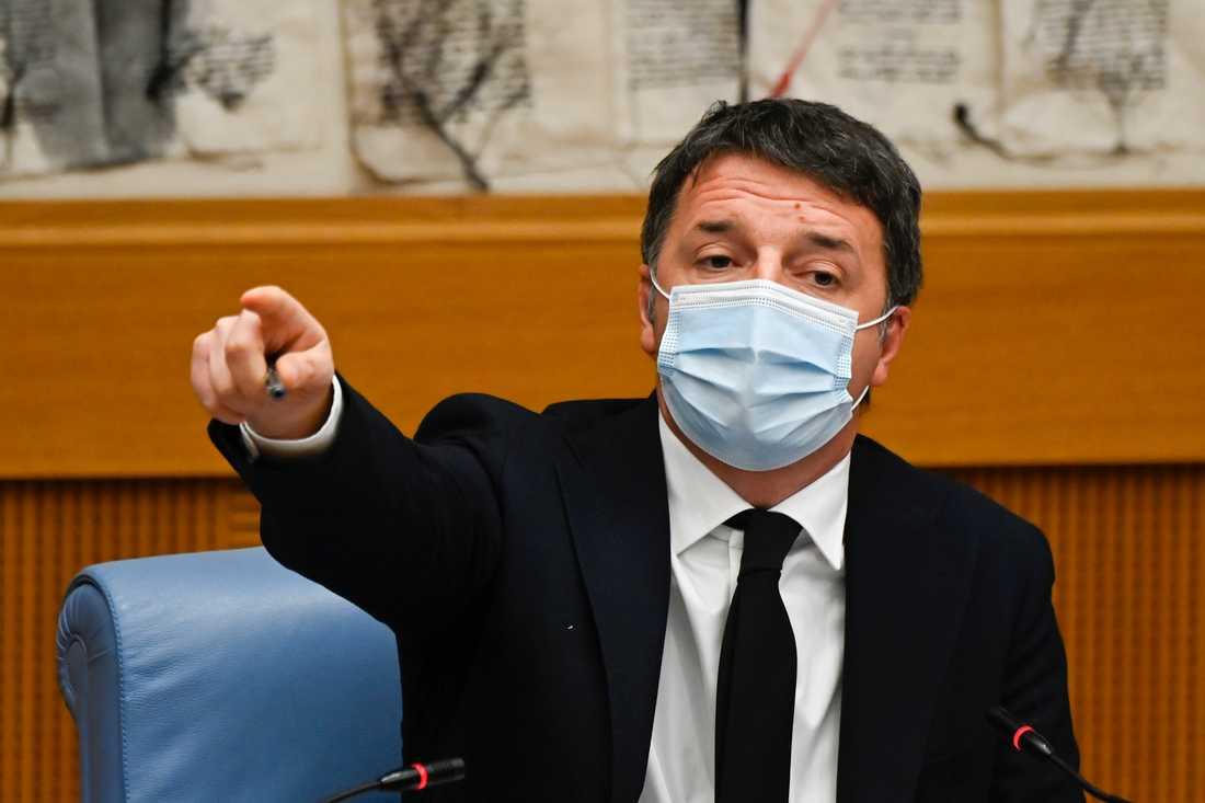 Italien står inför ännu en regeringskris sedan Matteo Renzis parti Levande Italien spräcker regeringen. Här meddelar han beslutet på onsdagen.