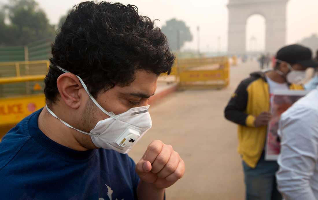 En man bär ansiktsmask för att skydda sig från den dåliga luften i New Delhi, som de senaste dagarna fått skyhöga halter av farliga partiklar.