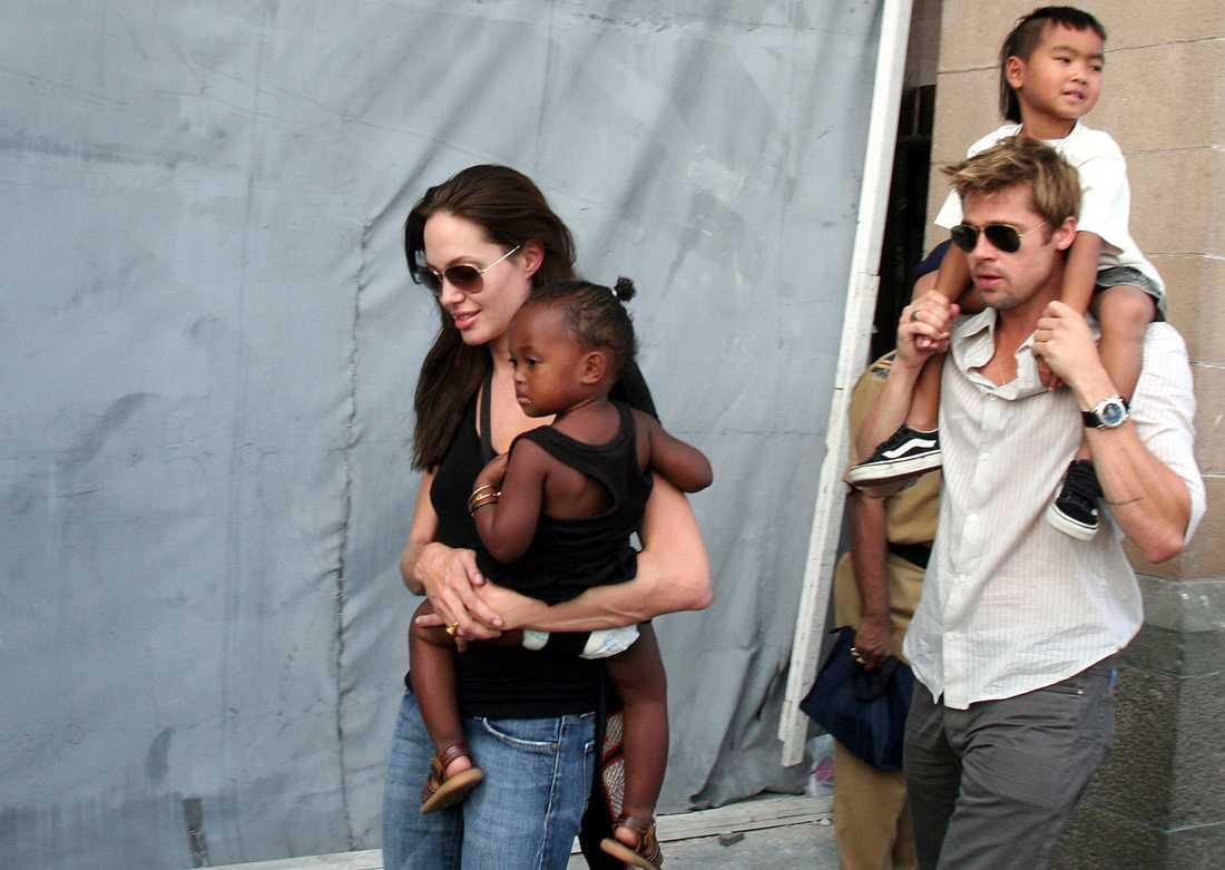Angelina Jolie och Brad Pitt på en bild tagen 2006. Med på bilden är också två av deras sex barn, dottern Zahara och sonen Maddox. Arkivbild.