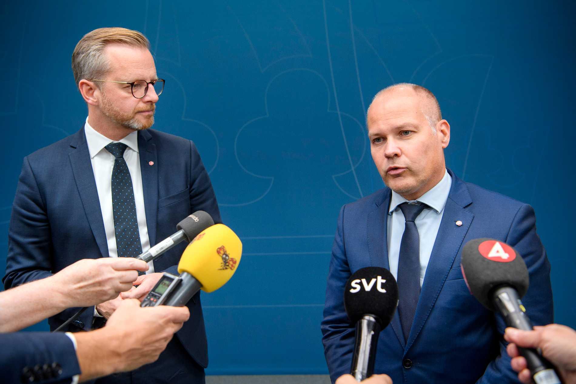 Inrikesminister Mikael Damberg (S) och justitieminister Morgan Johansson (S) efter samtalen om hur gängvåldet ska kunna stoppas. M, KD och L hoppade av samtalen och SD var inte inbjudna. Arkivbild