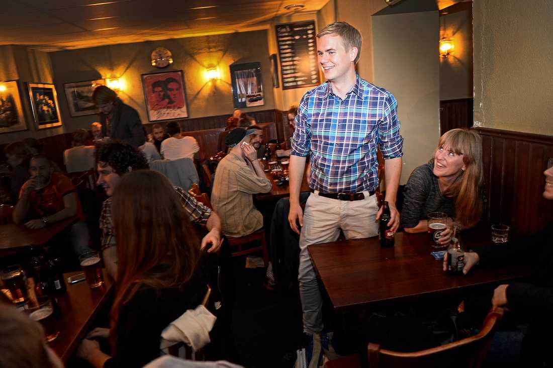 Gustaf Fridolin (MP) tog en öl på krogen Carmen efter debatten.