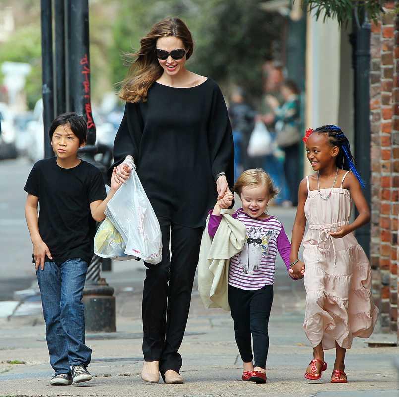 Angelina med tre av sina sex barn.