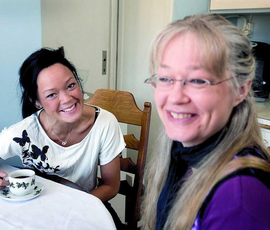 FÖRSTÅR SIN MAMMA. Emelies mamma Kristina träffade sin nye man Quyen genom gemensamma vänner kort efter att Emelie fötts. De sex första åren trodde Emelie att Quyen var hennes biologiske pappa.