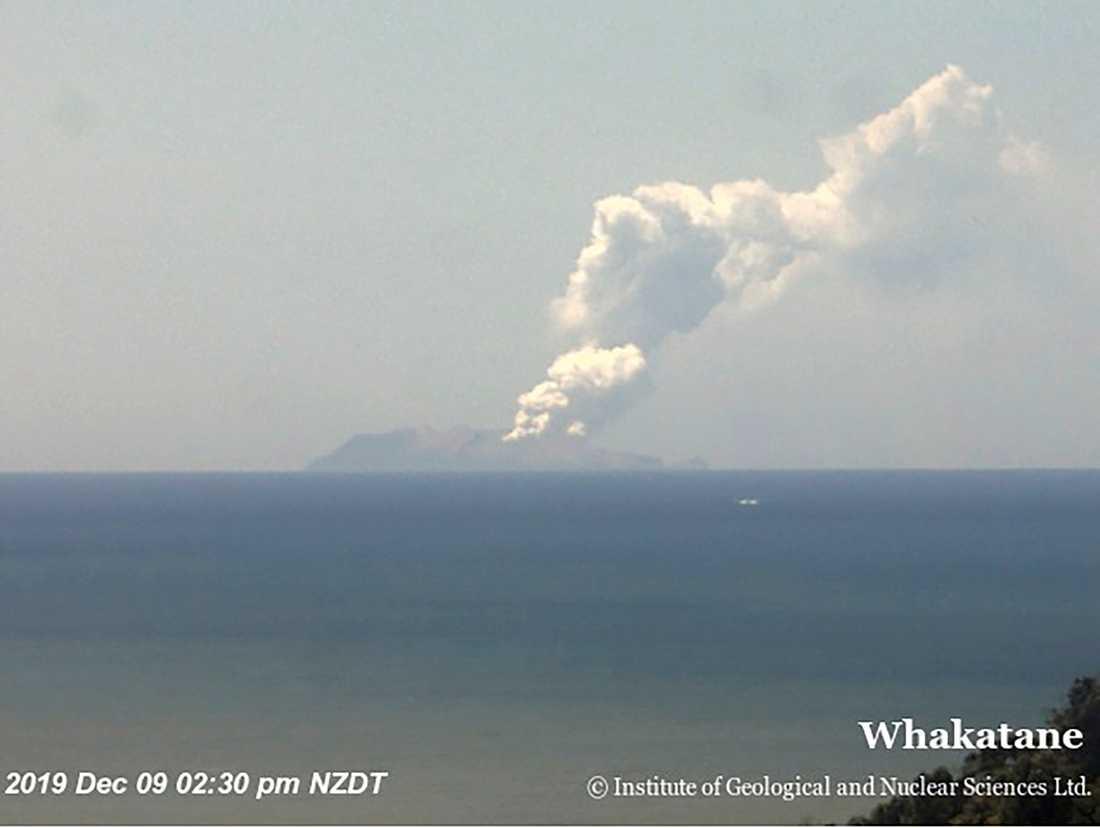 Bild från det nyzeeländska forskningsinstitutet GNS Science visar rökpelare från White Island.