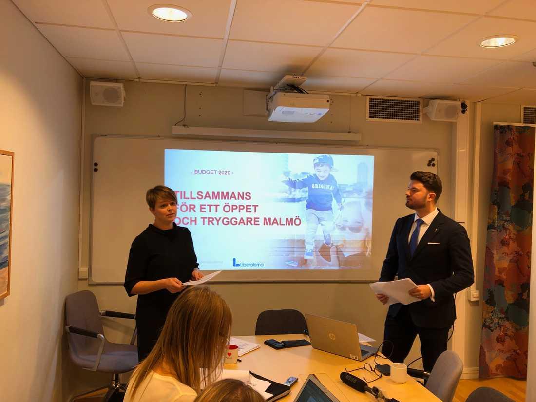 Katrin Stjernfeldt Jammeh (S) och Roko Kursar (L) presenterade kommunledningens budgetförslag på måndagen.
