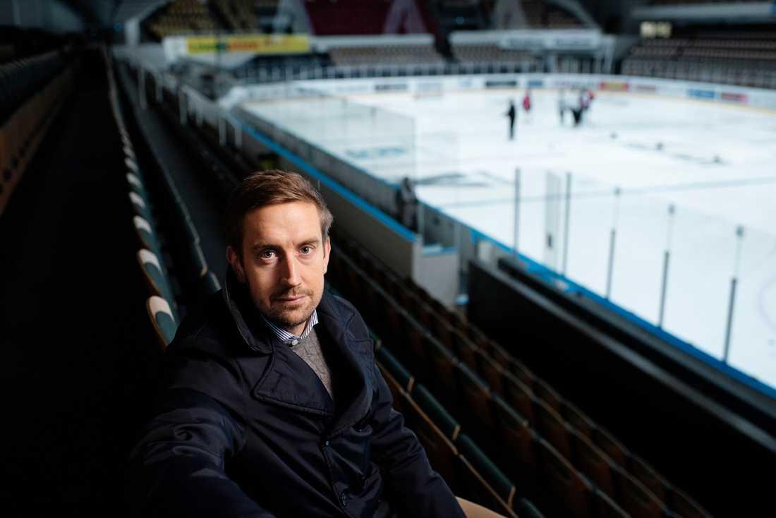Erik Andersson tvingades sluta med ishockeyn efter en hjärnskakning. Nu hjälper han andra drabbade.