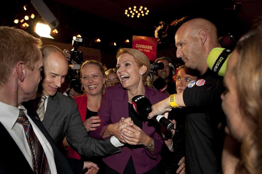 FEST I GÅR, JOBB I DAG Helle Thorning-Schmidt, 44, kan pusta ut – för stunden. Valet är över och Socialdemokraterna tog hem segern. Men nu väntar en tuff tid för Danmarks första kvinnliga statsminister. Landets ekonomi är i kris och regeringen är bräcklig då hennes parti har tvingats ta stöd från två mindre partier – med helt olika agendor.