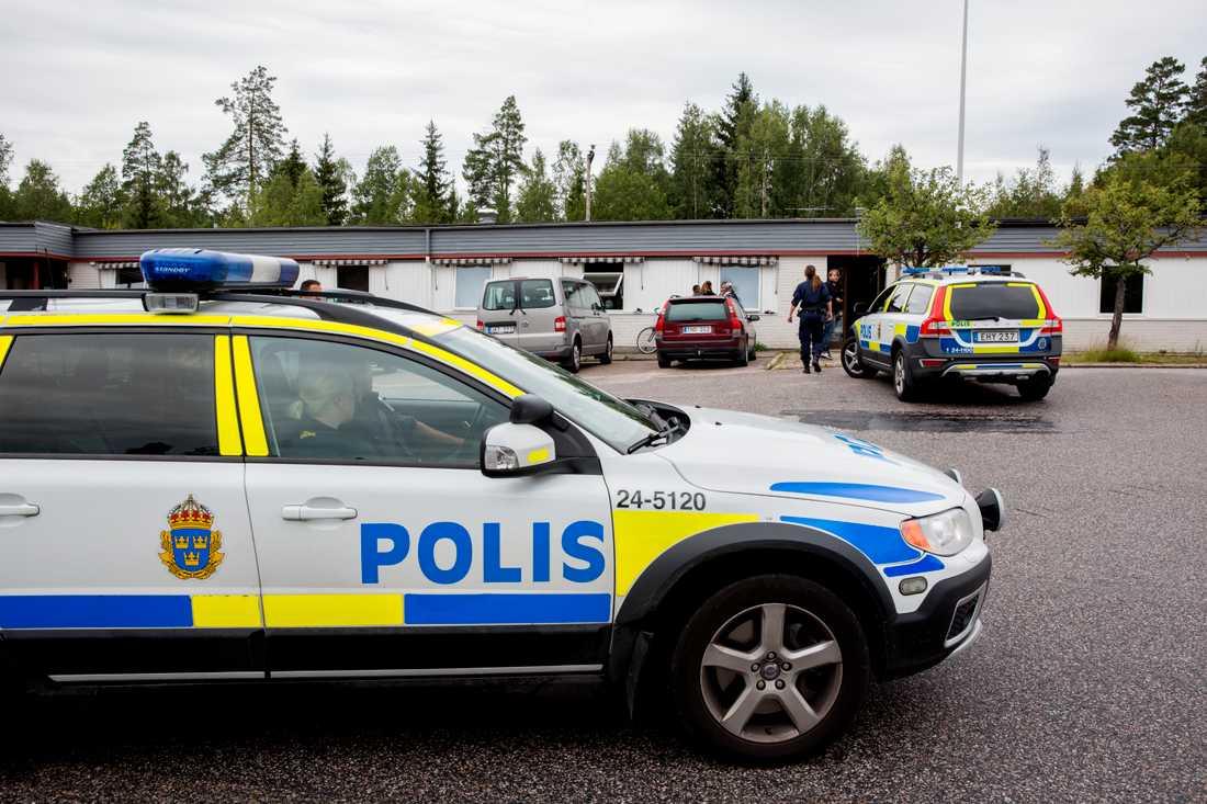 Polisbevakning utanför asylboendet där de misstänkta männen bodde.