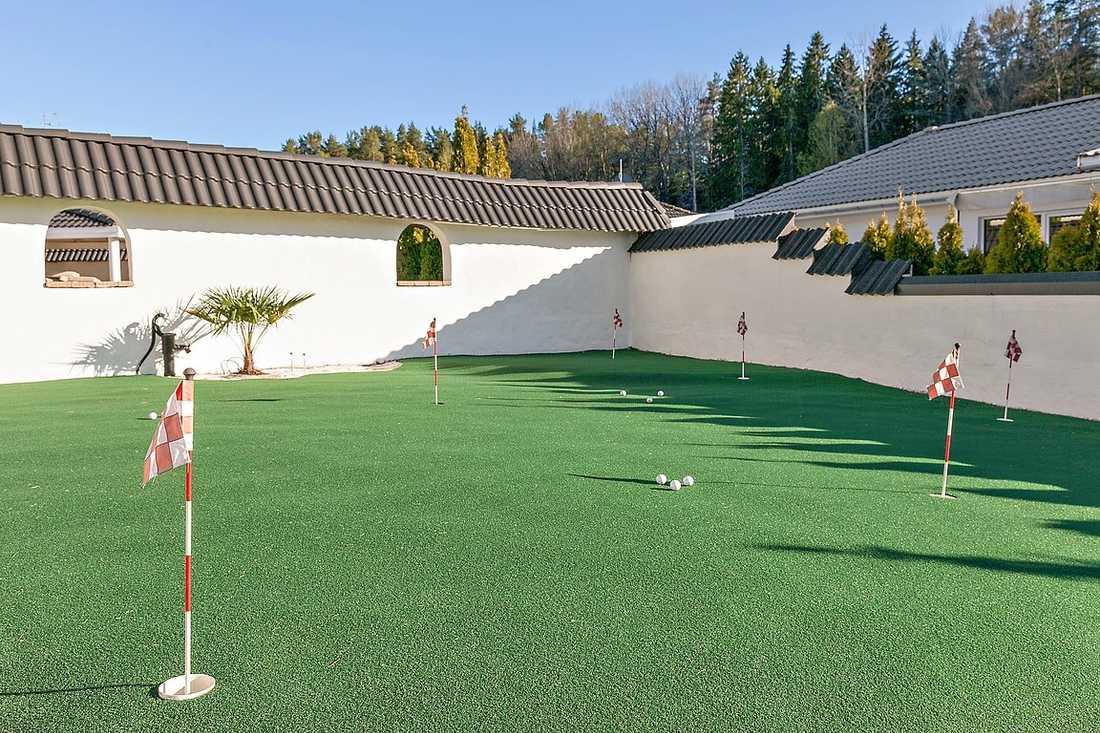 Det finns även en golfbana som tillhör huset.