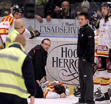 Mikko Kuparinen fick ett felskär, brakade in i sargen och såg till synes livlös ut när han fördes till sjukhus.