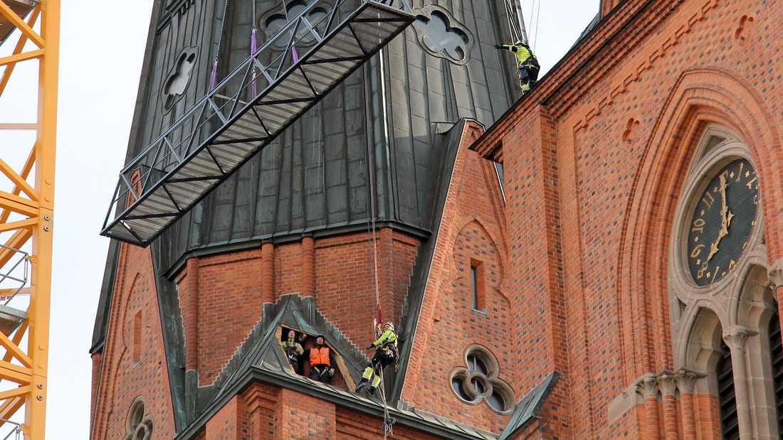 Just nu monteras den nya luftbron mellan tornen på Uppsala domkyrka.