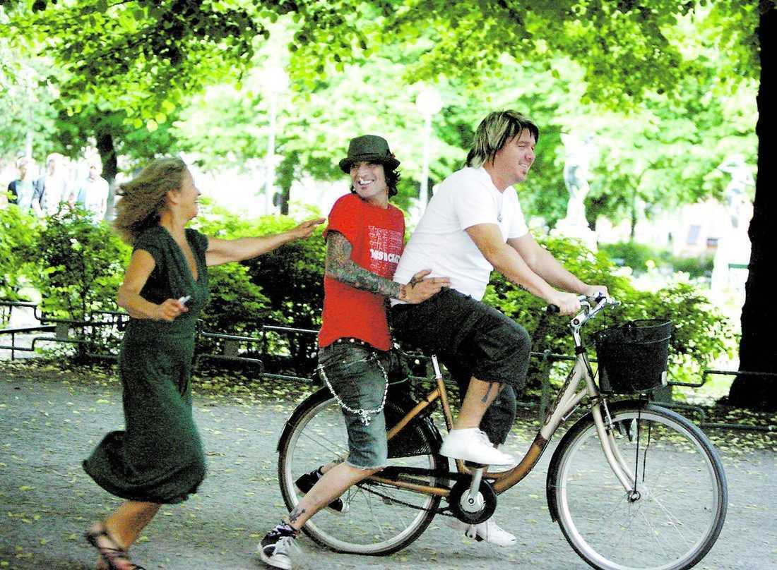 Tommy Lee hoppar upp på pakethållaren på cykeln som en av hans vakter fått syn på. Den förvånade ägarinnan springer efter medan de tar en tur runt Mariatorget i Stockholm. Efter en stund får hon sedan tillbaka cykeln av den glada rockstjärnan.