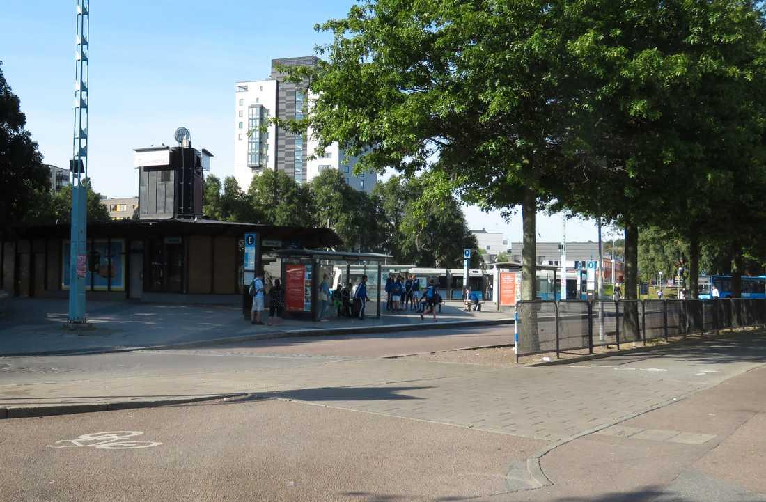Två unga män knivrånades vid Hjalmar Brantingplatsen i Göteborg.