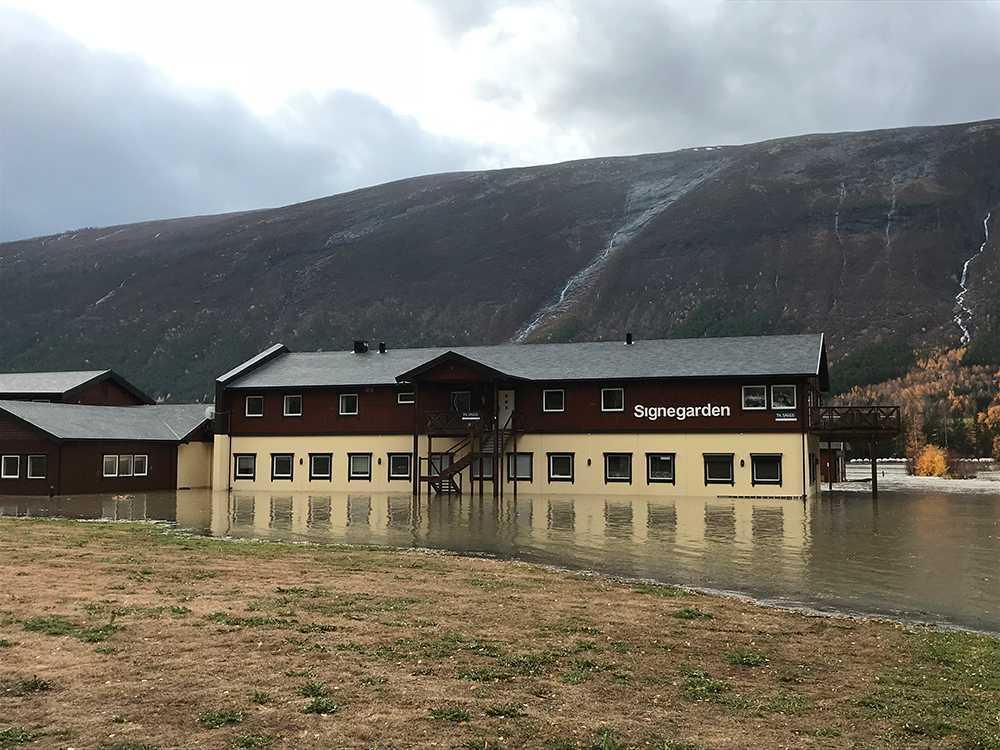 Flera byggnader i Skjåk står under vatten.