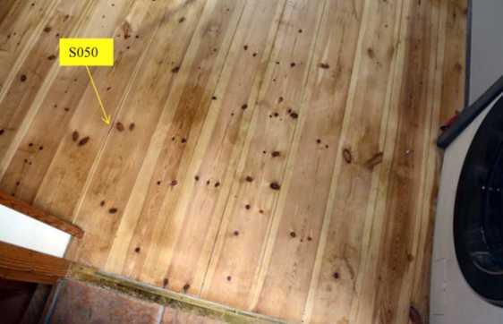 Efter att polisens tekniker bröt upp golvet hittades blod mellan springorna.