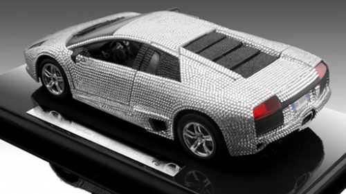 Inte mindre än 7 668 svarowskikristaller pryder den lilla bilen.