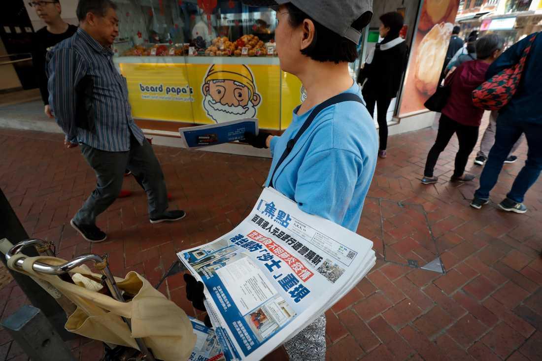 En säljare i Hongkong med tidningar med rubriker om det nya viruset. Arkivbild.