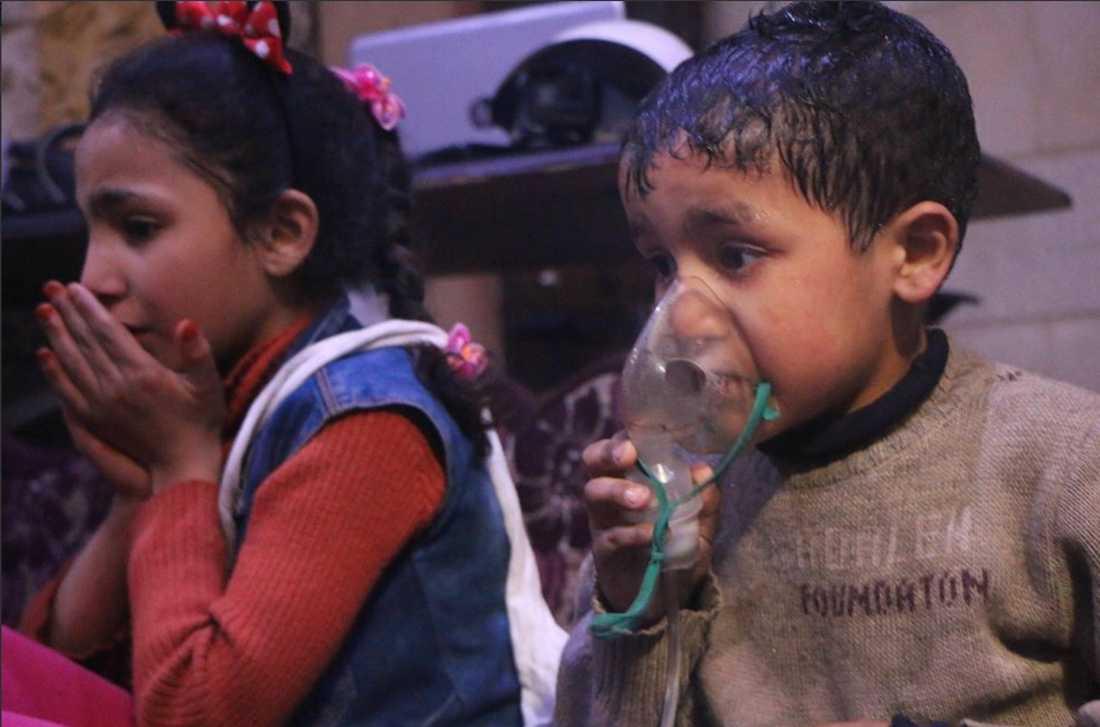 Två barn får vård efter den misstänkta kemgasattacken.