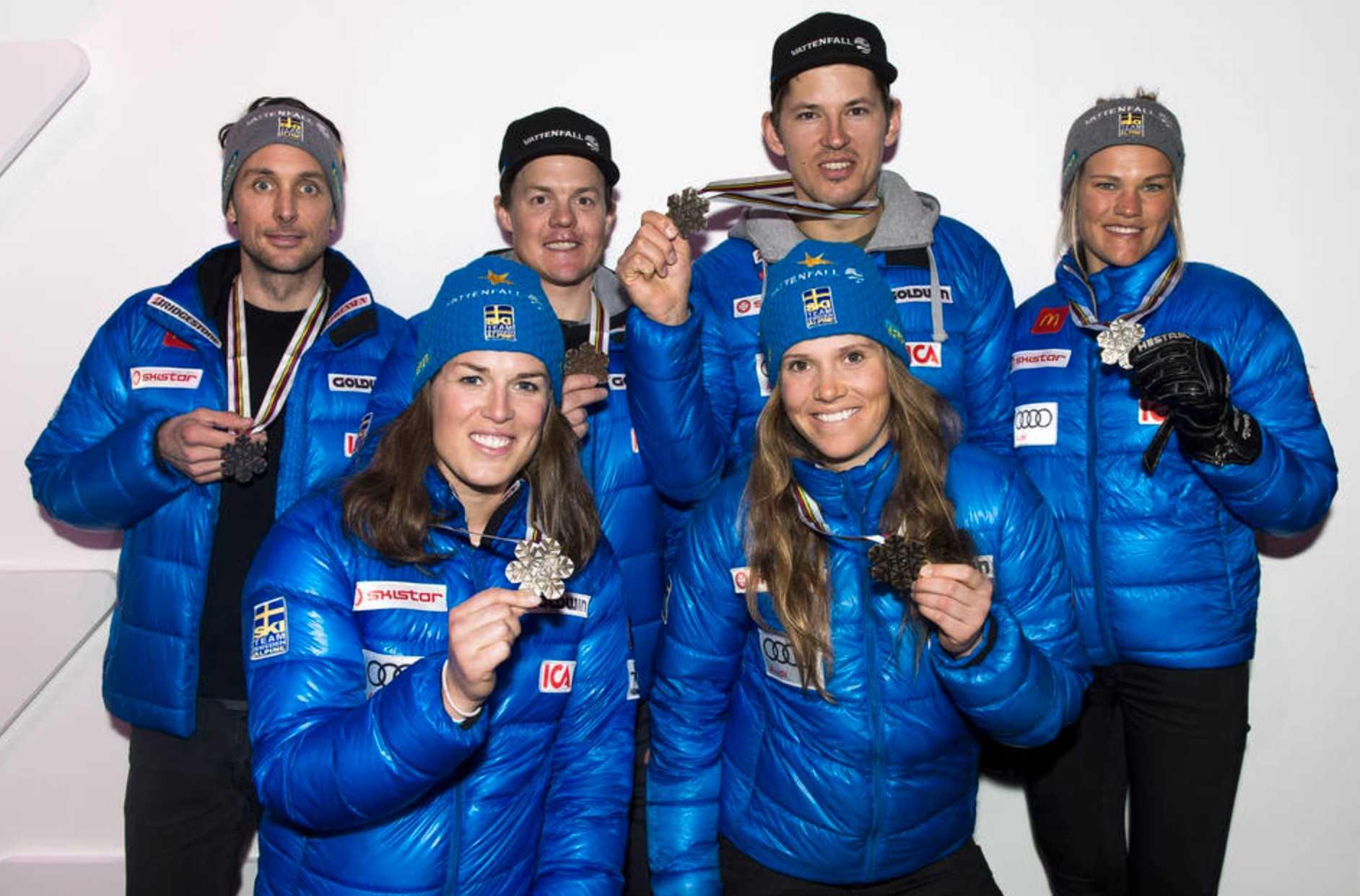 Sveriges Marcus Larsson, Maria Pietilä Holmner, Mattias Hargin, Sara Hector, André Myhrer och Anna Swenn-Larsson med sina medaljer efter tredjeplatsen i lagtävlingen.