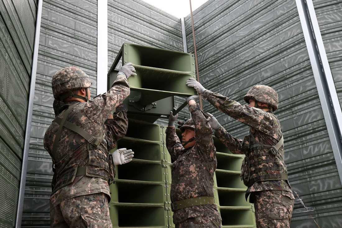 Sydkoreanska soldater tar ner högtalarna vid gränsen mot Nordkorea i staden Paju.