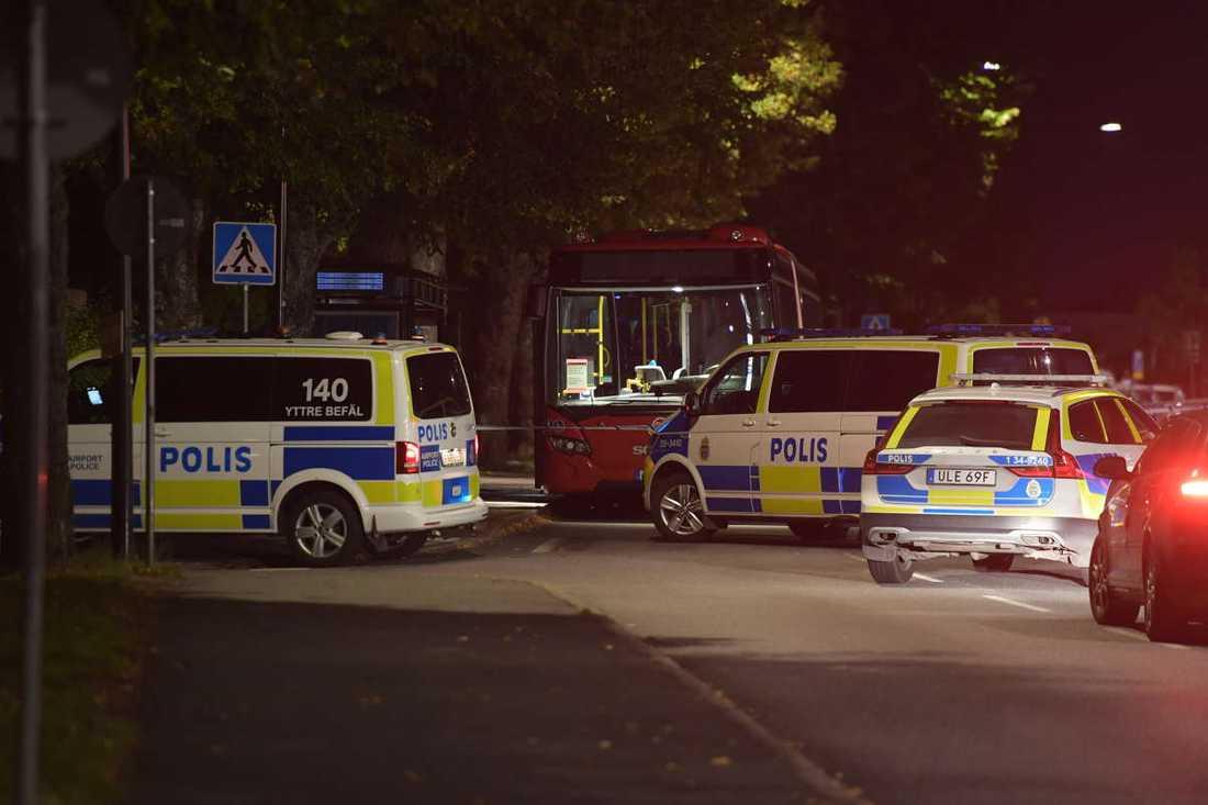 En person blev allvarligt skadad efter ett bråk på en buss.