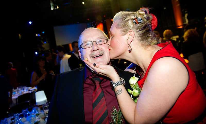 Efter att Bertil utnämnts till hjälte med stort H startar gratulationsfesten. Här får han en rejäl puss av Regina Lund.