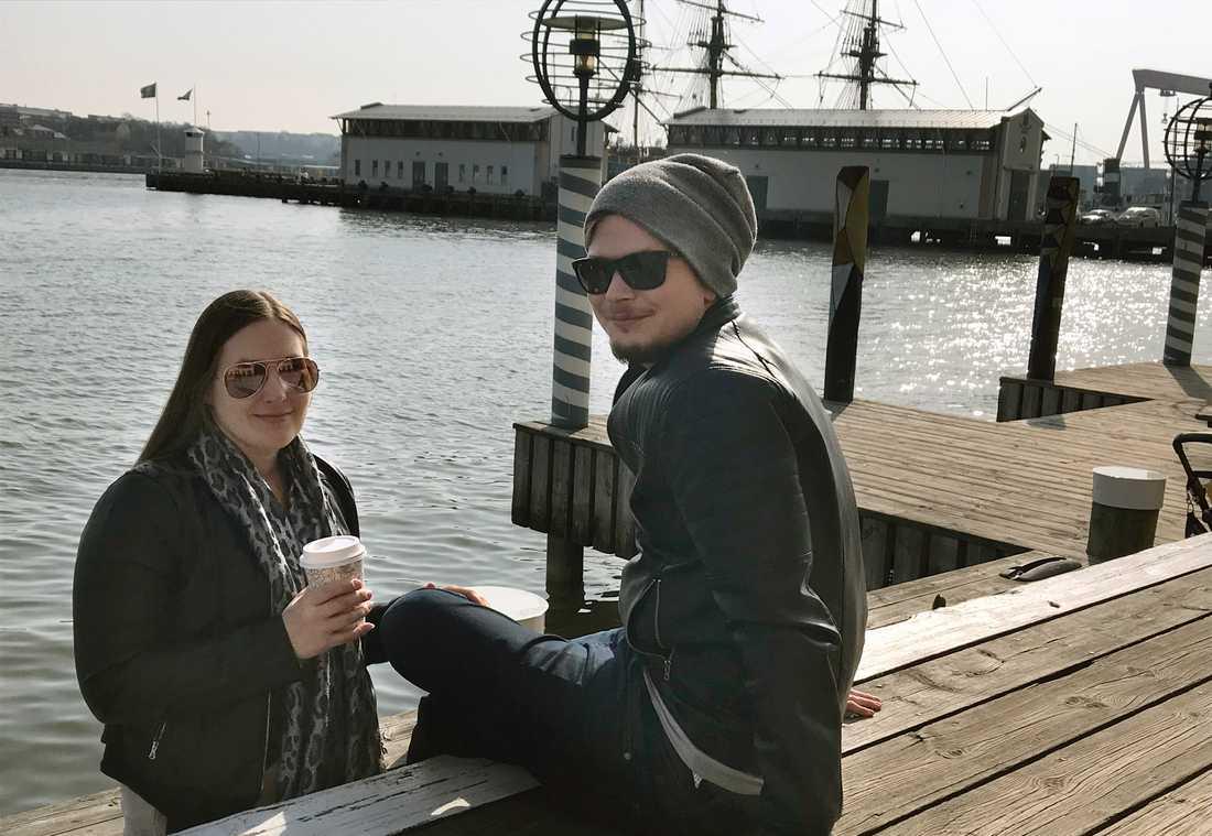 Oliver Myrén och Carina Eriksson fikar på kajkanten i Göteborg.