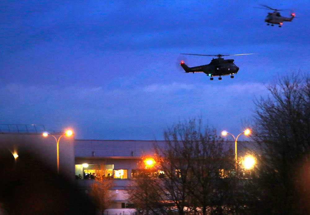 Helikoptrarna hovrar över lagerlokalen där terroristerna håller gisslan.