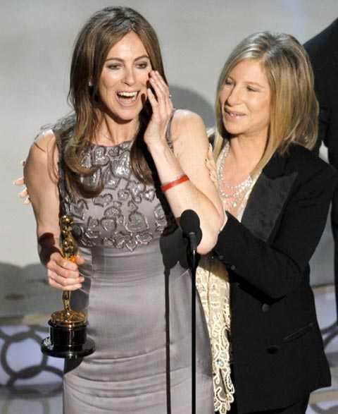 Barbra Streisand (som regisserat flera filmer) fick dela ut det historiska priset för bästa regissör till Kathryn Bigelow.