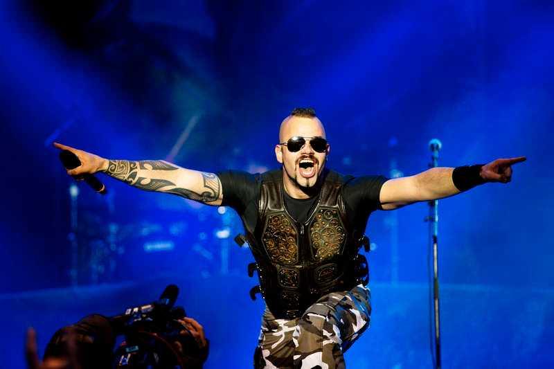 Joakim Brodén är kvar sedan den stora utrensningen – och är nu frontman för ett band som numera räknas till dragplåstren på Metaltown.