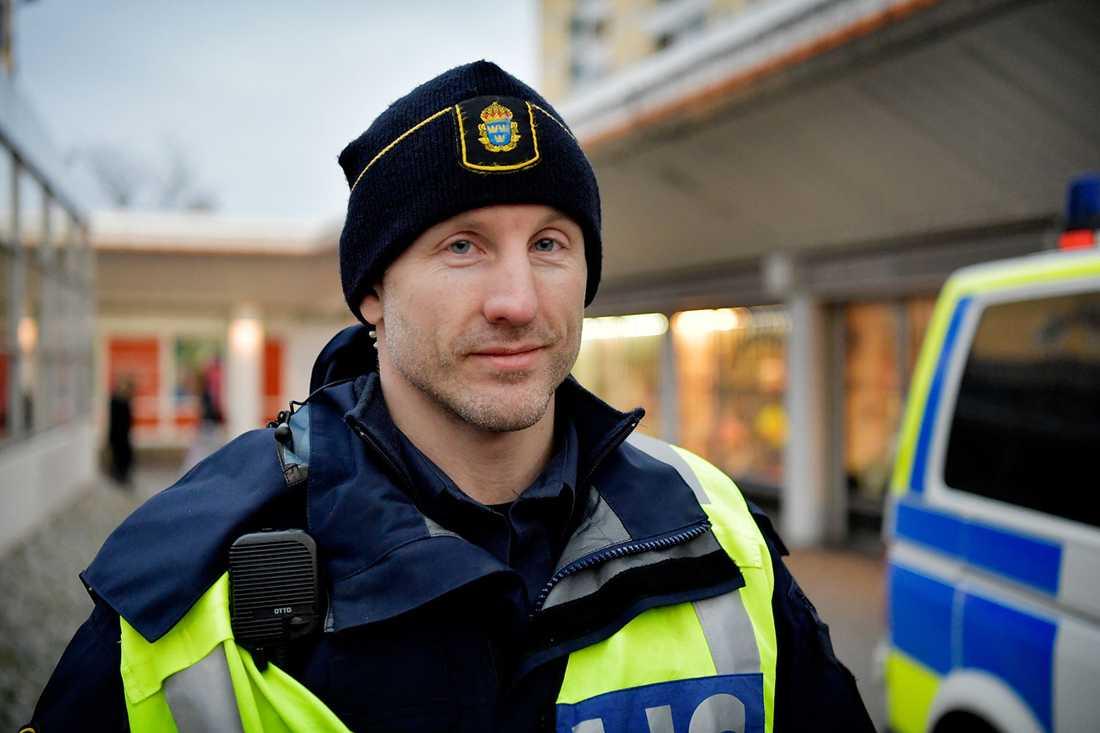 """""""Vi har såklart inte övergivit Husby, men jag förstår att Salam är frustrerad"""" säger Martin Marmgren, polis som arbetar i Järvaområdet."""