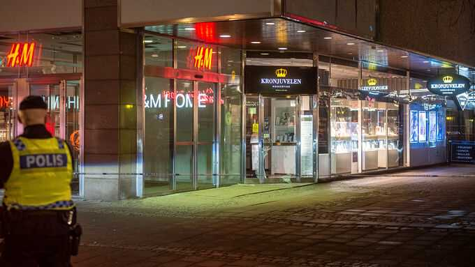 Guldsmedsbutiken Kronjuvelen i Norrköping fick entrédörren sönderlagen under kvällen.