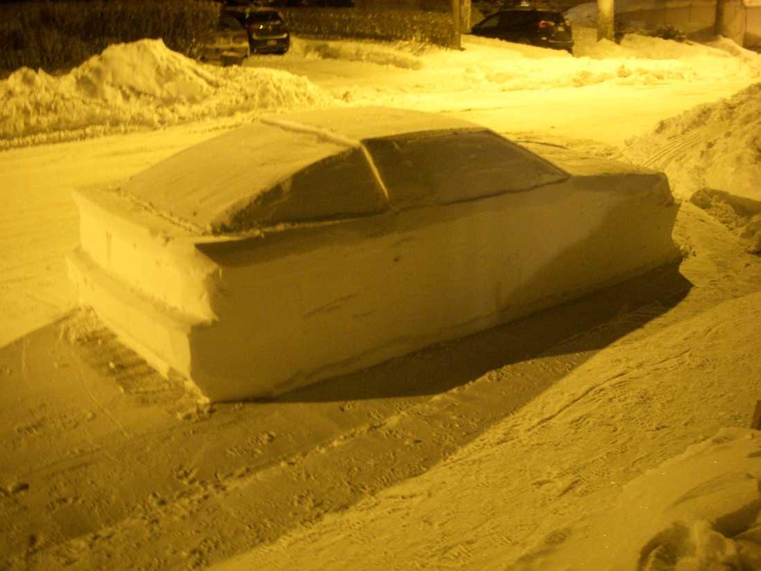 Polisen delade ut böter till felparkerad snöskapelse.