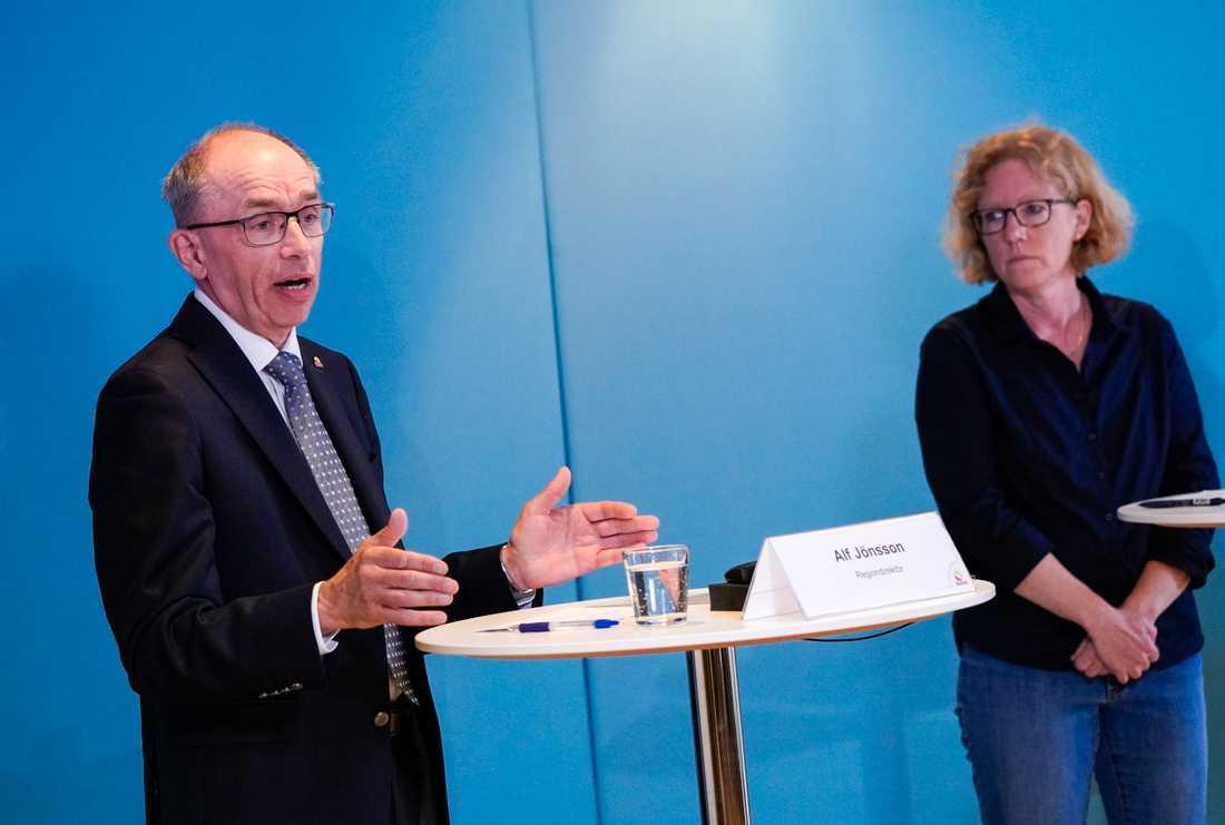 Alf Jönsson, regiondirektör, och Eva Melander, smittskyddsläkare, under onsdagens pressträff med Region Skåne i Regionhuset i Malmö om coronapandemins utveckling i regionen.