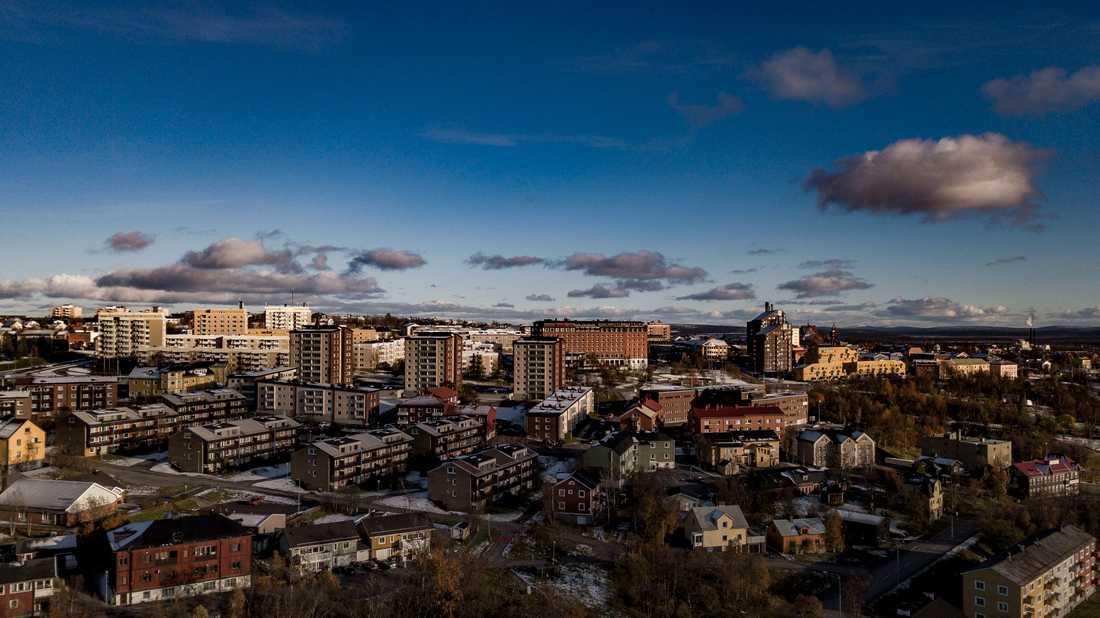 Kiruna är Sveriges nordligaste kommun. Delar av samhället flyttas de närmaste åren. Detta för att LKAB:s gruva ska kunna expandera in under staden, på upp till 1365 meters djup.