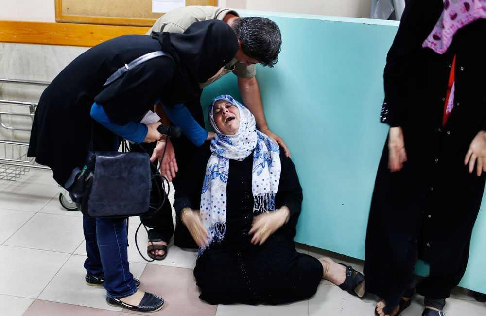 En palestinsk mamma sörjer sin son som enligt läkarna dog av israelisk granateld 23 juli.