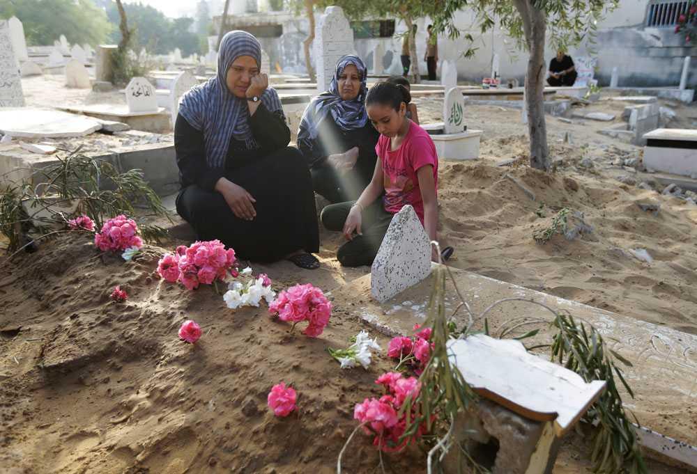 Palestinier firar slutet på Ramadan bland annat genom att besöka gravar. Abir Shamaleh besöker sin son Sahers grav. Saher miste livet i en israelisk attack.