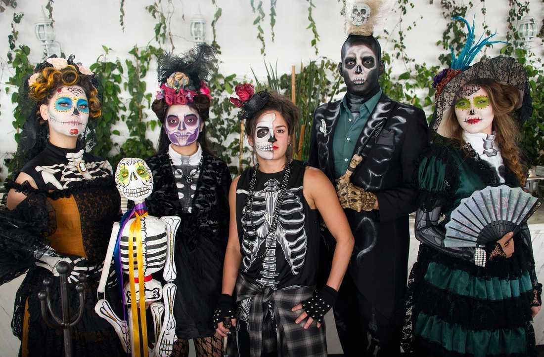Inramningen i inledningsscenen är De dödas dag, en av Mexikos största helgdagar, som sammanfaller med vår allhelgonahelg.