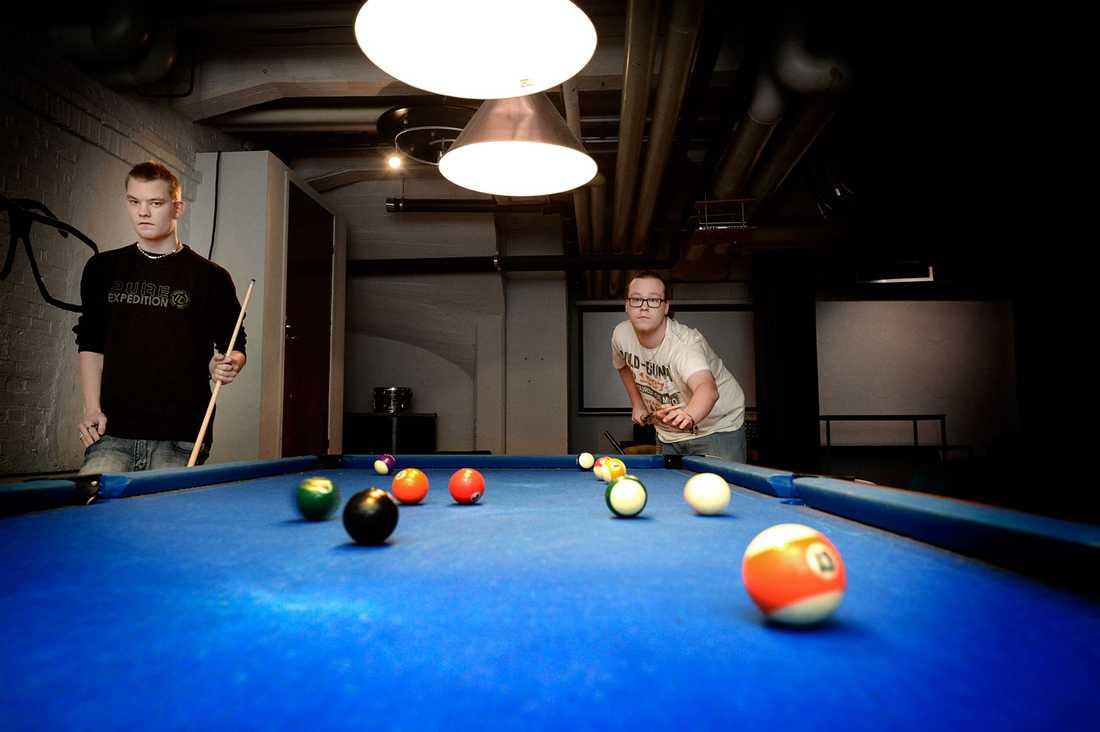 Går hit varje dag Bröderna Rasmus Andreasson, 18, och Robert Andreasson, 20, från Karlskrona spelar biljard.