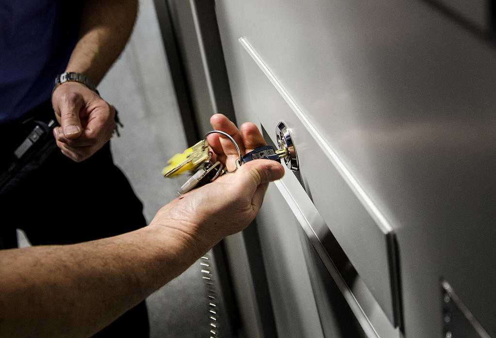 Genrebild. En häktesvakt använder nycklar för att öppna en celldörr